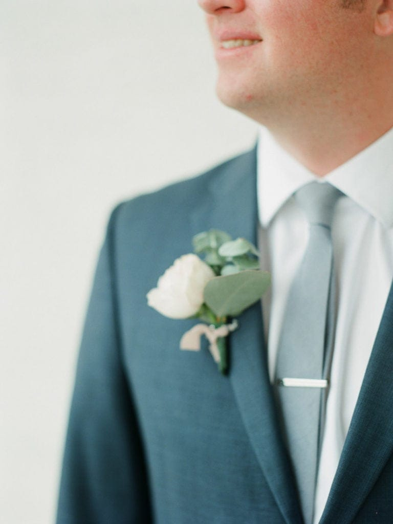 boutonniere at a wedding